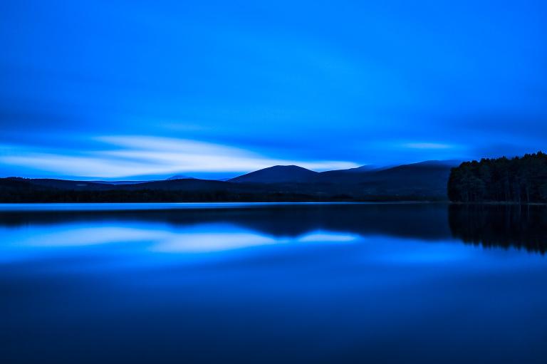 Verdwijnend licht achter de bergen aan het Loch Garten in Schotland - vanishing light at Loch Garten in Scotland