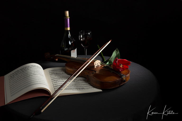 Stilleven met viool, wijn en partituur - stillife of a violin, a bottle of wine and an old score